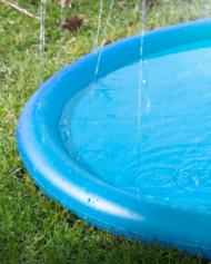hundehjertet_coolpets_splash_pool_water_sprinkler_med_vand_til_hunde